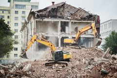 Graafwerktuigcrasher machine bij vernieling op bouwwerf royalty-vrije stock foto