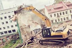 Graafwerktuigcrasher machine bij vernieling op bouwwerf stock foto's