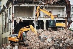Graafwerktuigcrasher machine bij vernieling op bouwwerf stock fotografie
