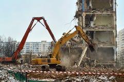 Graafwerktuigen die stadshuis demoloishing stock afbeeldingen