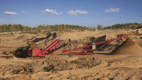 Graafwerktuigen en vrachtwagens die in de steengroeve werken stock video