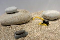 Graafwerktuigstuk speelgoed en stenen Stock Foto