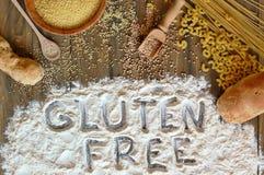 Graan, de rijst, het boekweit, quinoa, de gierst, de deegwaren en de bloem van gluten het vrije graangewassen met tekstgluten vri Royalty-vrije Stock Foto's