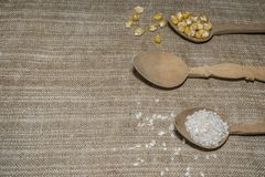 Graan en rijst in lepels stock afbeeldingen