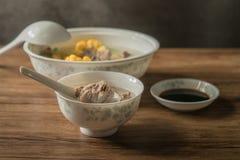 Graan en varkensvleesbeensoep, heerlijk Chinees voedsel stock afbeeldingen