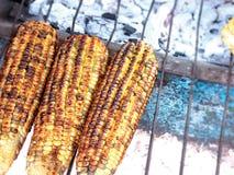 Graan op de grill bij Mexicaanse markt royalty-vrije stock afbeeldingen