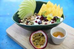 Graangewas en yoghurt met vruchten stock afbeelding