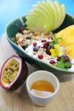 Graangewas en yoghurt met vruchten stock fotografie
