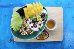 Graangewas en yoghurt met vruchten royalty-vrije stock fotografie