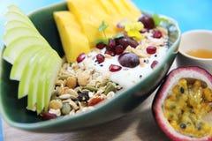 Graangewas en yoghurt met vruchten royalty-vrije stock afbeeldingen