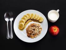 Graangewas met banaan met honing, melk en appel aan gezondheid wordt bedekt die Stock Fotografie