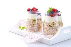Graangewas met yoghurt en bessen Royalty-vrije Stock Afbeeldingen