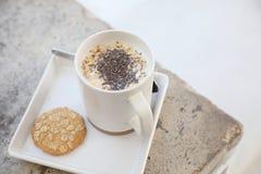 Graangewas op melk in kop en koekje stock foto