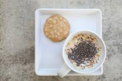 Graangewas op melk in kop en koekje royalty-vrije stock afbeeldingen