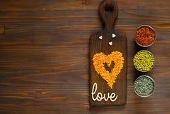 Graangewassen en peulvruchten in metaalvormen voor het koken van vegetarisch voedsel Stock Fotografie