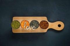 Graangewassen en peulvruchten in metaalvormen voor het koken van vegetarisch voedsel Royalty-vrije Stock Foto's