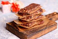 Graangewassenbar met noten en chocolade Royalty-vrije Stock Foto