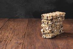 Graangewassenbars met noten, bessen en kaneel op een houten backgrou Royalty-vrije Stock Fotografie