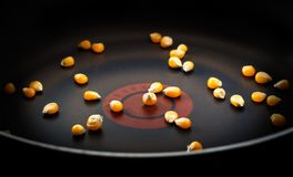 Graankorrels in een pan Stock Afbeeldingen