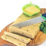 Graanpolenta en   paddestoelen in plakken met een mes worden gesneden dat Royalty-vrije Stock Fotografie