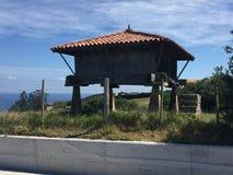 Graanschuur op steenstapels van Oreos in Asturias Spanje stock fotografie
