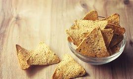 Graanspaanders in de kruik Traditionele snack voor bier Mexicaanse nachos Stock Foto's