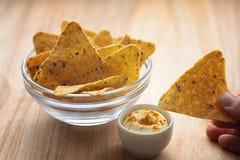 Graanspaanders in de kruik Traditionele snack voor bier Mexicaanse nachos Stock Afbeelding