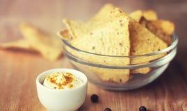 Graanspaanders in de kruik Traditionele snack voor bier Mexicaanse nachos Stock Foto