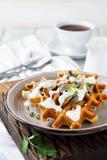 Graanwafels met paddestoelen en saus Stock Foto's