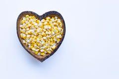 Graanzaden in de houten schotel van de hartvorm op wit royalty-vrije stock afbeeldingen