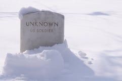 Grab des Winter-unbekannten Soldaten im Schnee Stockfotografie