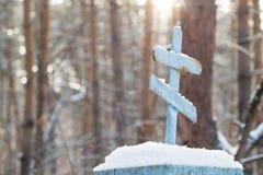 Grab einer alten Beerdigung in einem Wald verließ alte Gräber des Kirchhofs Lizenzfreie Stockfotos