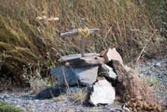 Grab mit einem Kreuz Stockfotografie