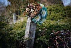 Grab mit künstlichen Blumen Stockfotografie