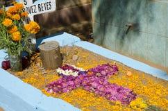 Grab verziert mit Blumen Lizenzfreie Stockbilder