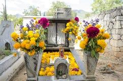 Grab verziert mit Blumen Lizenzfreie Stockfotos