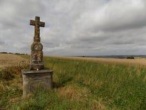 Grab von Christus nahe einem Feld des Weizens stockfoto