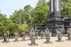 Grab von Khai-dinh, Wächterstatuen, Farbe, Vietnam lizenzfreie stockbilder
