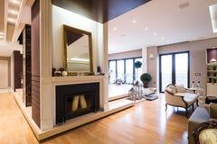 Graba, segregująca z świeczkami, w luksusowym mieszkaniu Fotografia Stock