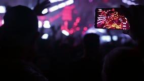 Grabación de vídeo del festival de música con el teléfono elegante almacen de video