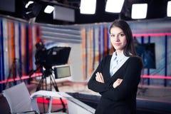 Grabación del presentador de la televisión en estudio de las noticias Ancla femenina del periodista que presenta el informe de ne fotos de archivo
