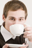 Bebida del hombre a la taza de frente del café Fotos de archivo