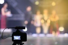Grabación viva de DSLR de la red social video de la cámara en ses de la entrevista Imágenes de archivo libres de regalías
