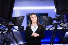 Grabación del presentador de la televisión en estudio de las noticias Ancla femenina del periodista que presenta el informe de ne Fotografía de archivo libre de regalías