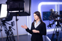 Grabación del presentador de la televisión en estudio de las noticias Ancla femenina del periodista que presenta el informe de ne Imagenes de archivo