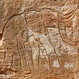 Grabado de la roca del elefante - lecho de un río seco Mathendous, Libia Imagen de archivo libre de regalías