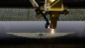 Grabado del CNC Grabador del laser con CNC, logotipo que graba el laser Grabado del laser en el metal almacen de metraje de vídeo
