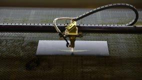 Grabado del logotipo con un laser en una placa de metal Grabado del CNC del primer Primer principal de la niveladora almacen de metraje de vídeo