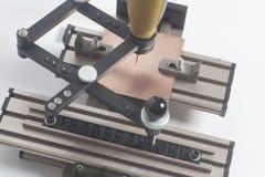 Grabado del pantógrafo del dispositivo con el grabador del CNC con alfabeto de la prensa de copiar foto de archivo libre de regalías