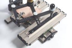 Grabado del pantógrafo del dispositivo con el grabador del CNC con alfabeto de la prensa de copiar fotos de archivo